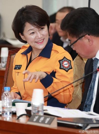 [사진]'소방관 국가직 전환 필요성 강조' 소방복 입고 국회 나온 이재정 의원