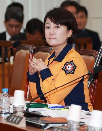 [사진]소방복 입고 행안위 출석한 이재정 민주당 의원