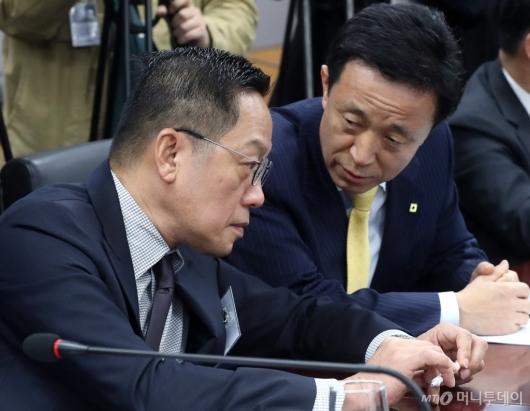 [사진]이야기 나누는 김덕수 회장과 정태영 대표