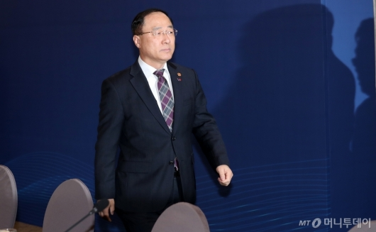 [사진]일자리위원회 참석한 홍남기 경제부총리