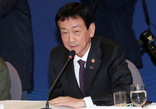 [사진]일자리위원회 첫 참석한 진영 행안부 장관