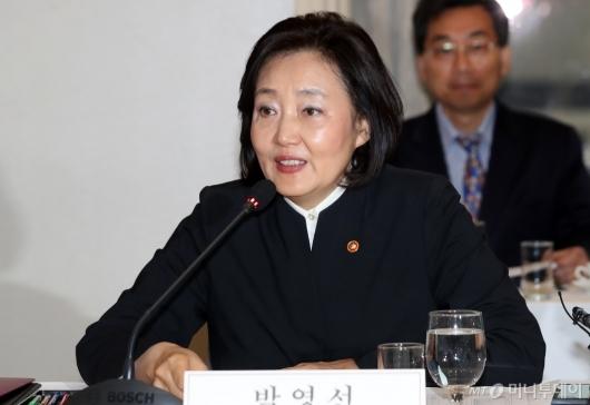 [사진]일자리위원회 새로 합류한 박영선 장관