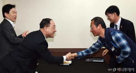 [사진]인사 나누는 홍남기 장관-김명환 위원장