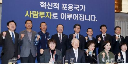 [사진]한자리에 모인 양대노총위원장-홍남기
