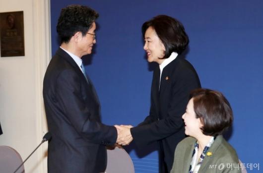 [사진]악수 나누는 이목희 부위원장-박영선 장관