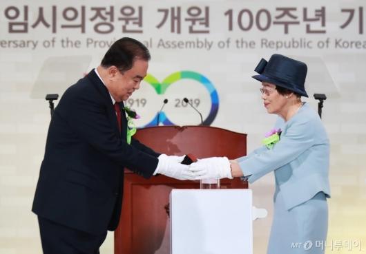 [사진]임시의정원 관인 기증하는 홍창휴 여사