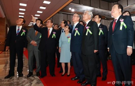 [사진]임시의정원 100주년 기념작품 보는 주요내빈들