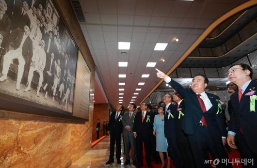 [사진]임시의정원 100주년 기념작품 보는 주요 참석자들