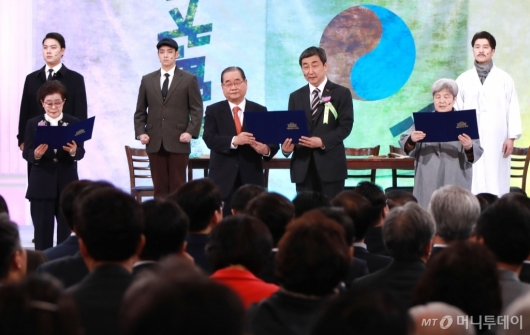 [사진]대한민국 임시헌장 낭독하는 독립유공자 후손들