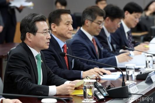 [사진]가계부채 관리 점검회의 모두발언하는 김용범 부위원장