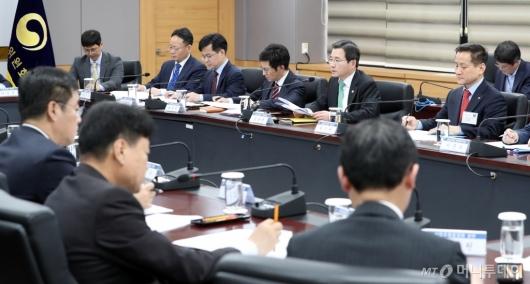 [사진]가계부채 관리 점검회의 주재하는 김용범 부위원장