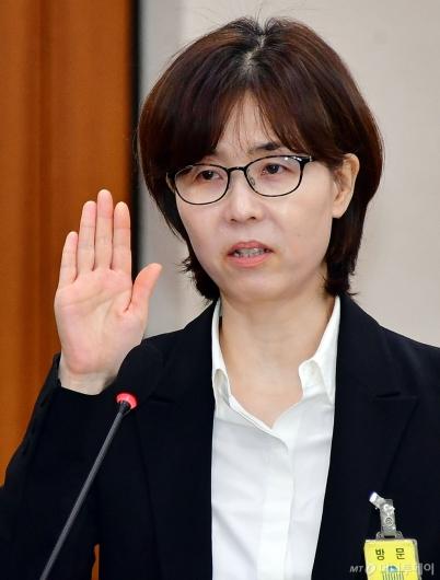 [사진]선서하는 이미선 헌법재판관 후보