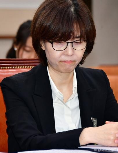 [사진]심각한 표정의 이미선 헌법재판관 후보자