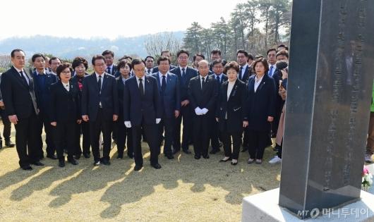 [사진]임시정부요인 묘역 찾은 민주당 의원들
