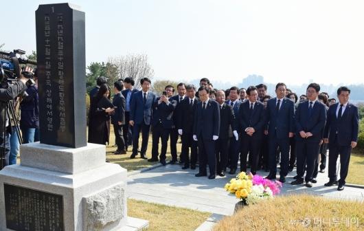 [사진]'임시정부수립 100주년' 현충원 찾은 민주당 의원들