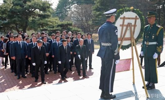 [사진]임시정부수립 100주년' 현충원 찾은 민주당