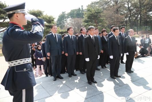 [사진]임시정부요인 묘역 참배하는 민주당 의원들