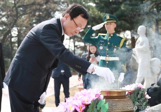 [사진]임시정부요인 묘역 참배하는 이해찬 민주당 대표