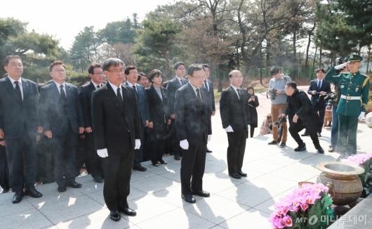 [사진]현충원 임시정부요인 묘역 찾은 민주당