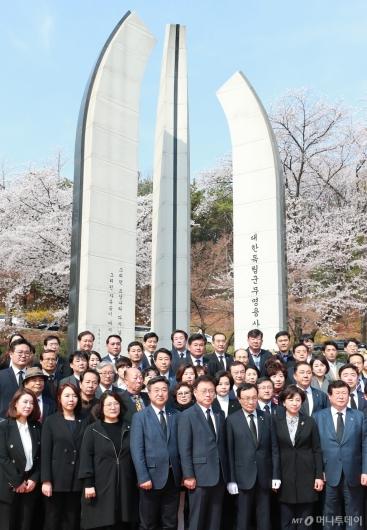 [사진]임시정부요인 묘역 찾은 민주당
