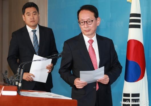 [사진]이미선 자진사퇴 촉구 기자회견 참석하는 김도읍-오신환