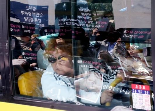 [사진]낙태법 폐지 찬반 시민들의 관심
