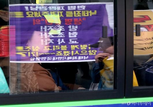 [사진]낙태법 폐지 찬반 집회 바라보는 시민들
