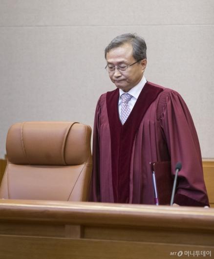 [사진]대심판정 들어서는 유남석 헌재소장
