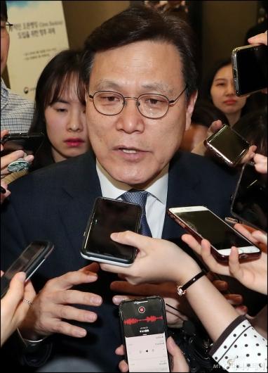 [사진]최종구 위원장, '아시아나항공 매각 긍정적으로 본다'
