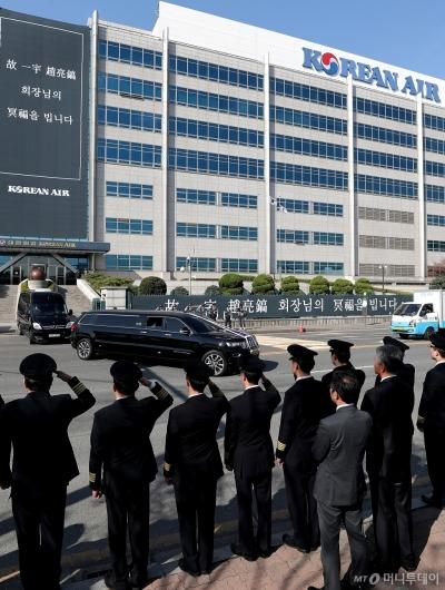 [사진]대한항공 본사 지나는 고 조양호 회장 운구차량