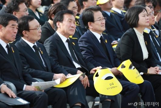 [사진]세월호 5주기 기억식 '슬픔에 잠긴 4당 대표'...자한당은 불참