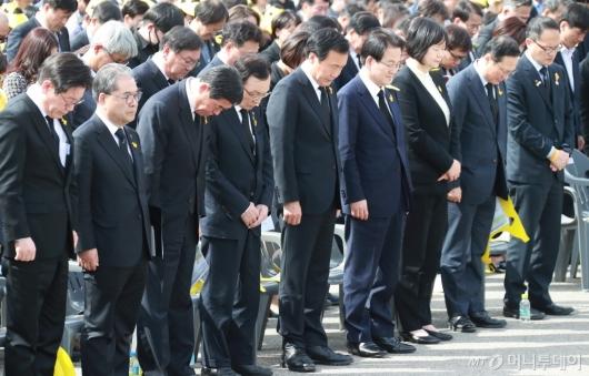 [사진]묵념하는 세월호 5주기 기억식 참석자들