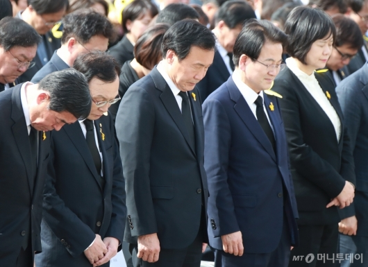 [사진]세월호 5주기 기억식 묵념하는 4당 대표...자한당은 불참