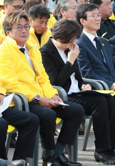 [사진]눈물 흘리는 유은혜 사회부총리