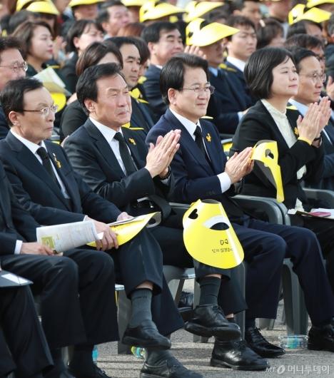 [사진]'세월호 생존학생 편지낭독' 슬픔에 잠긴 4당 대표