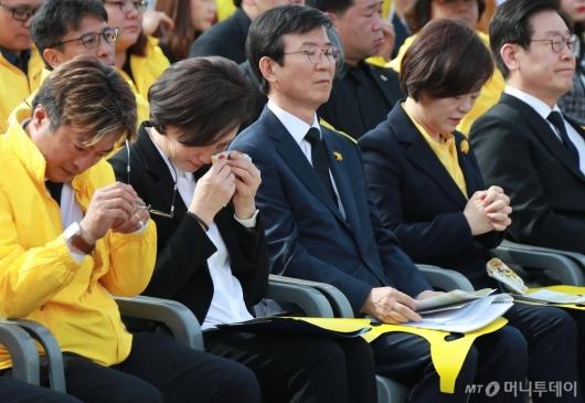 [사진]세월호 참사 5주기...눈물 흘리는 유은혜-진선미 장관