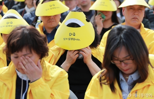 [사진]슬픔에 잠긴 세월호 참사 유가족들