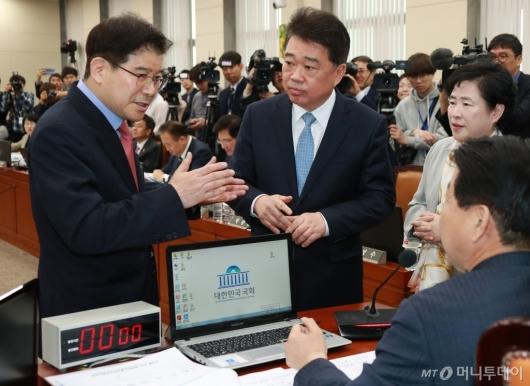 [사진]청문회 정회 요구하는 김성태 자한당 간사