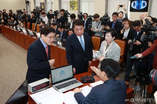 [사진]KT 화재원인 규명 청문회 정회 요청하는 자유한국당
