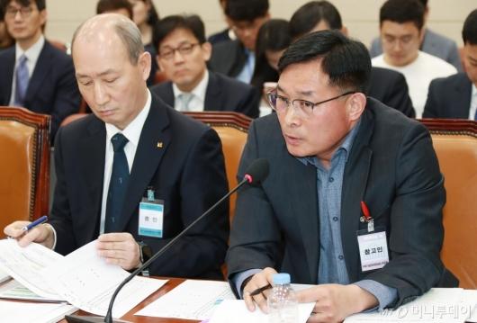 [사진]답변하는 윤영재 소방령...'KT, 소방청 자료요청 일부 누락'