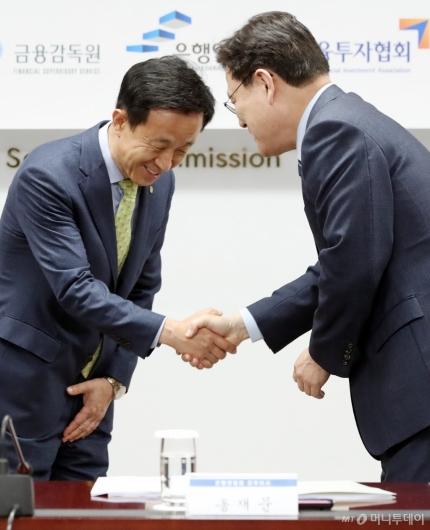 [사진]인사하는 최종구 금융위원장-김덕수 회장