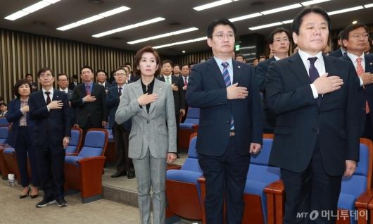 [사진]국민의례하는 자한당 의원들
