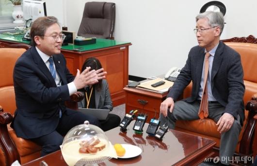 [사진]대화하는 여상규 위원장-송기헌 간사