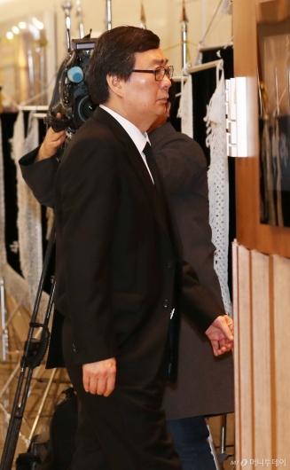 [사진]故김홍일 빈소 들어서는 김홍업 전 의원