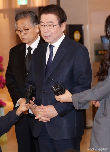 [사진]취재진 질문에 답하는 박원순 시장
