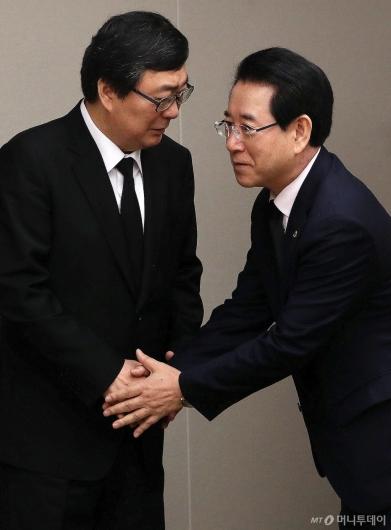 [사진]김홍업 전 의원과 인사 나누는 김영록 전남지사