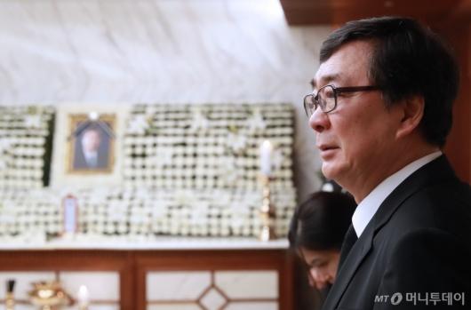 [사진]조문객 맞이하는 김홍업 전 의원
