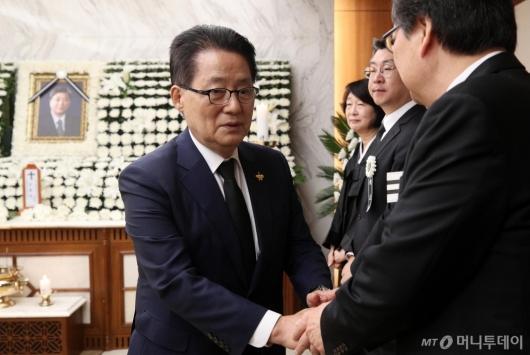 [사진]유족들 위로하는 박지원 의원