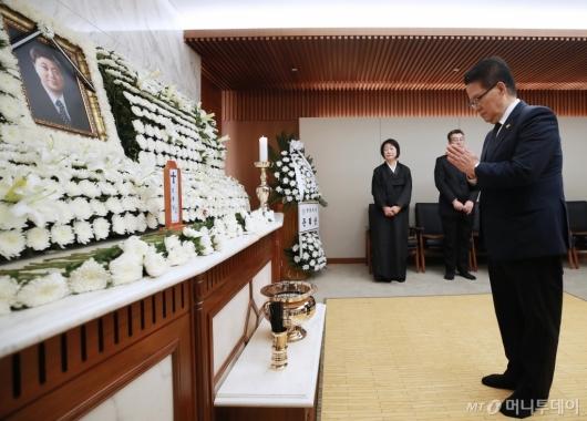 [사진]마지막 인사하는 박지원 의원