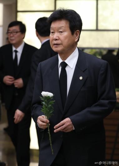 [사진]헌화하는 한화갑 총재